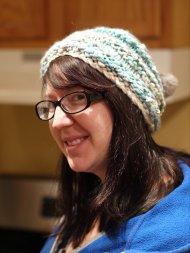 kobieta w czapce z pomponami